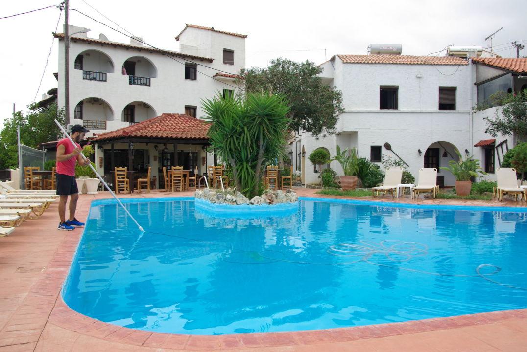 bild stephano beim reinigen des pools zu villa jannis in georgioupolis. Black Bedroom Furniture Sets. Home Design Ideas