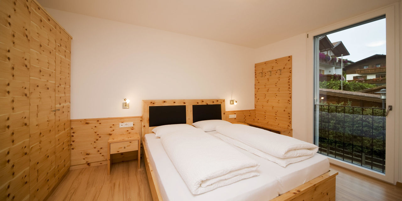"""schlafzimmer in zirbe"""" residence sylvanerhof in naz-sciaves / natz, Schlafzimmer entwurf"""