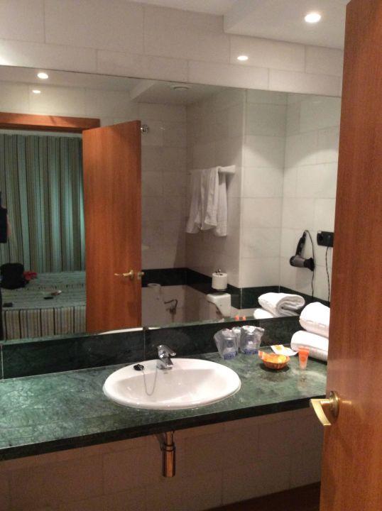 bild badewanne mit vorhang zu hotel mix alea in el. Black Bedroom Furniture Sets. Home Design Ideas