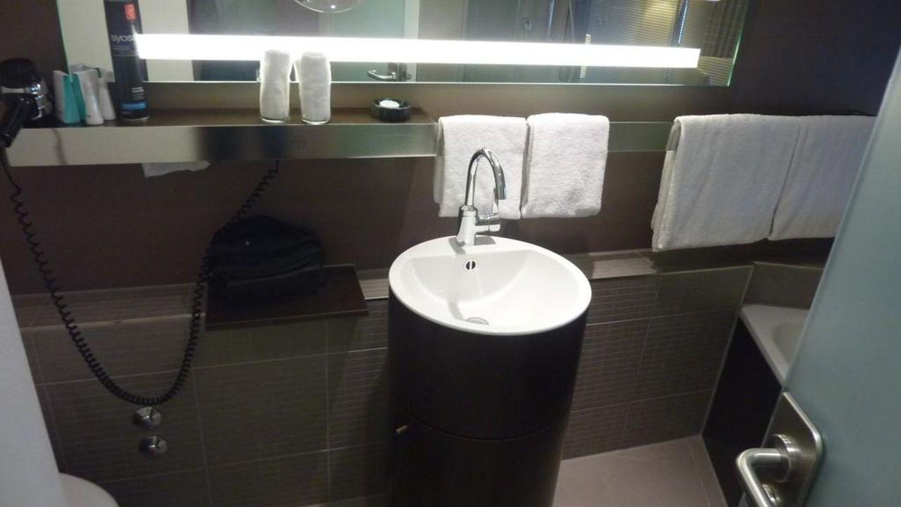 Waschbecken und Ablage Mövenpick Hotel Hamburg