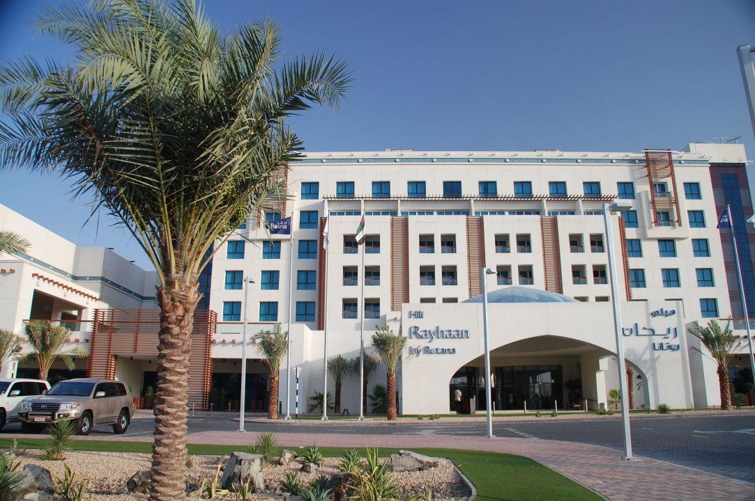 Blick von der Strasse Hotel Hili Rayhaan by Rotana
