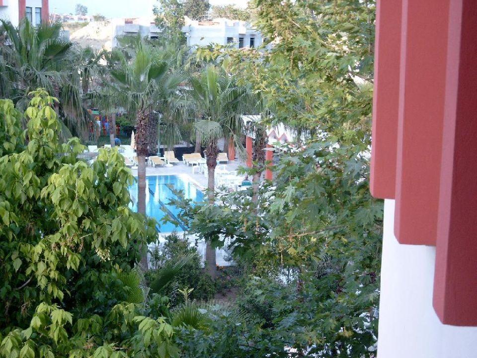 Ansicht aus Zimmer auf Pool Nergos Garden Hotel