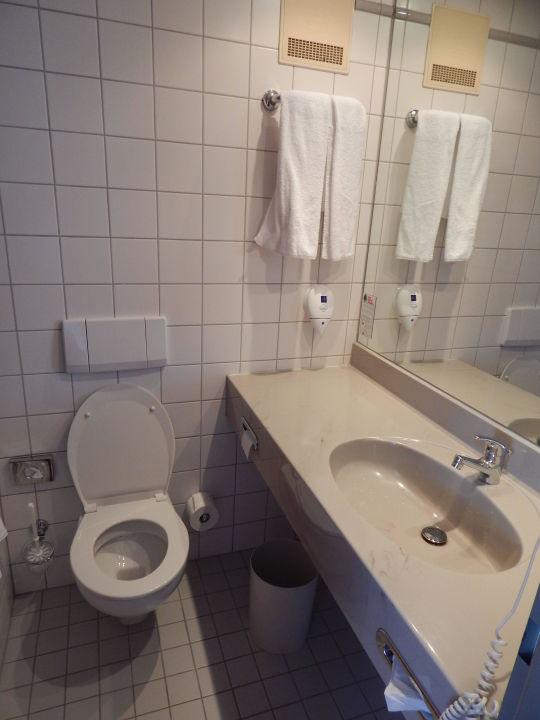 bad mit waschbecken und toilette hotel wyndham garden dresden dresden holidaycheck. Black Bedroom Furniture Sets. Home Design Ideas