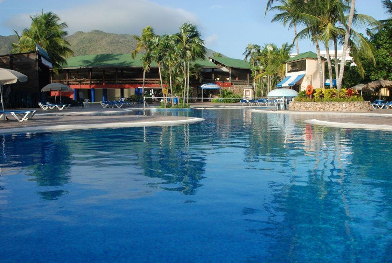 Basen przy restauracji Hotel Hesperia Playa el Aqua Beach