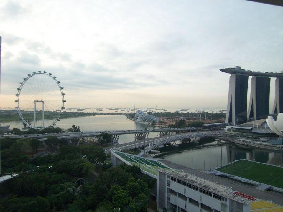 bild ausblick auf das geb ude mit dem schiff zu hotel the mandarin oriental singapore in singapur. Black Bedroom Furniture Sets. Home Design Ideas