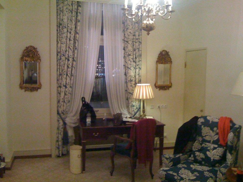 Schreibtisch im Nebenraum der Suite Fairmont Hotel Vier Jahreszeiten