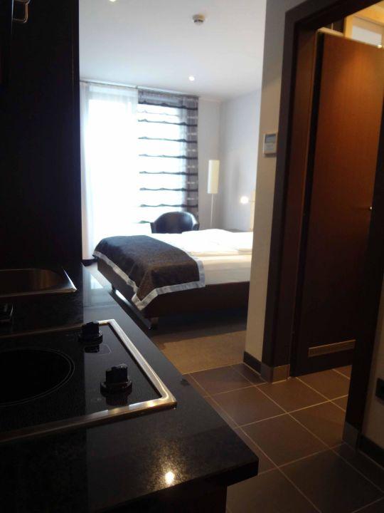 Zimmer 304 - Pantry-Küche und Bett\