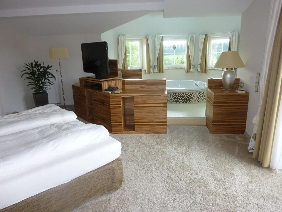 Romantik Suite, Schlafzimmer mit Whirlpool\