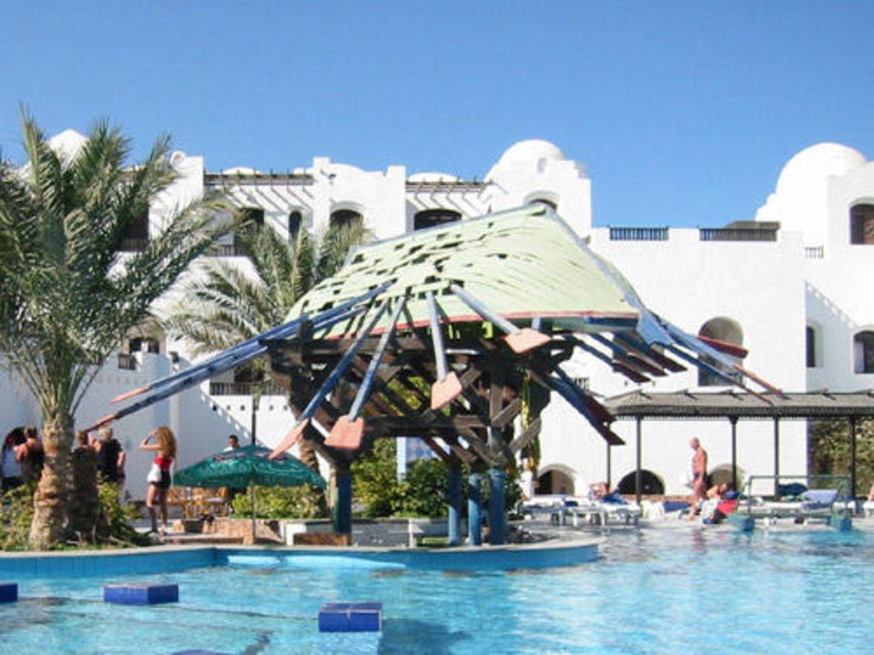 Der Süßwasserpool des Iberotel Arabella samt Poolbar Arabella Azur Resort