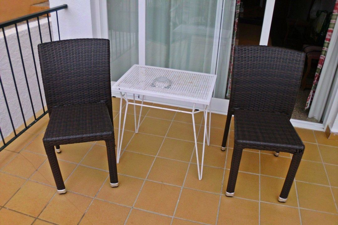 bild balkon st hle zu hostal villa cati in peguera. Black Bedroom Furniture Sets. Home Design Ideas