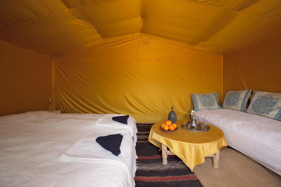 Chambre jaune avec un grand lis couple et coin sal\