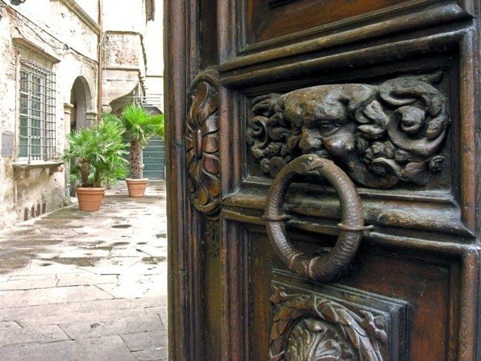 Entrance gate with view to the courtyard A Palazzo Busdraghi Residenza D'Epoca