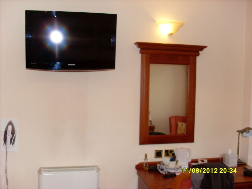 fernseher an der decke hotel old waverley in edinburgh. Black Bedroom Furniture Sets. Home Design Ideas