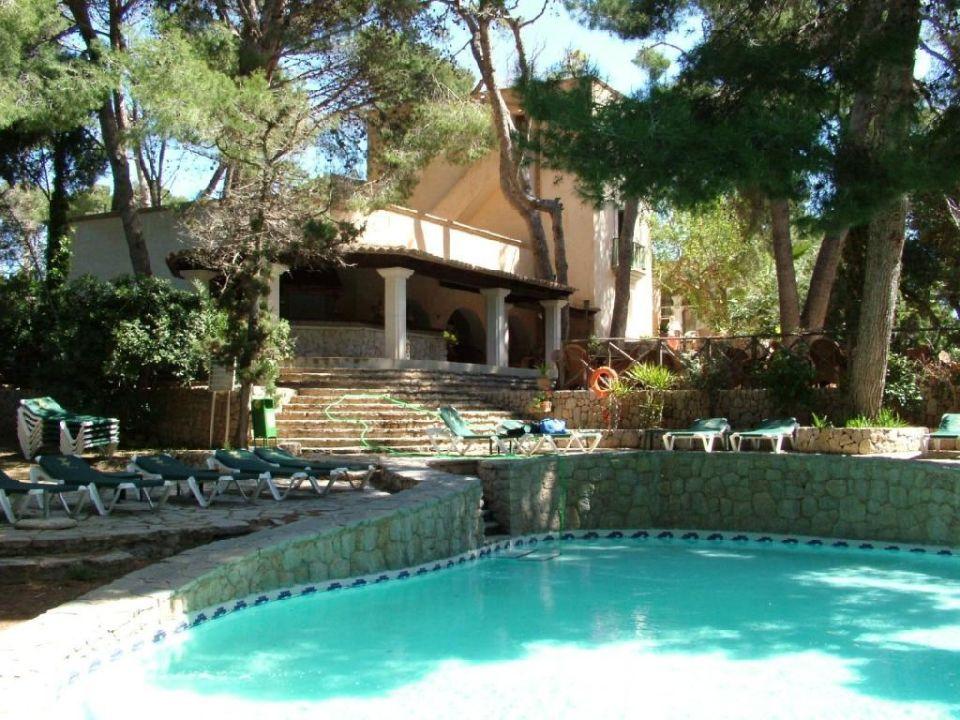Pool mit Poolbar im Hintergrund Hotel Lago Garden