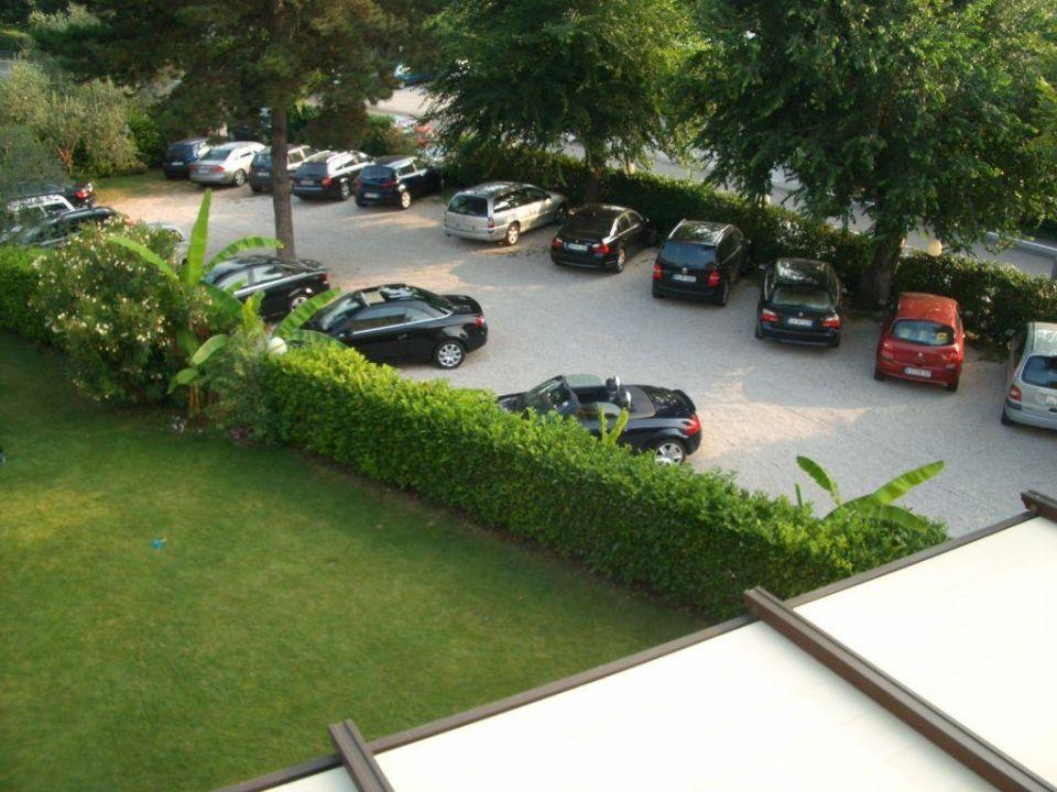 blick auf parkplatz des hotels hotel benacus malcesine. Black Bedroom Furniture Sets. Home Design Ideas