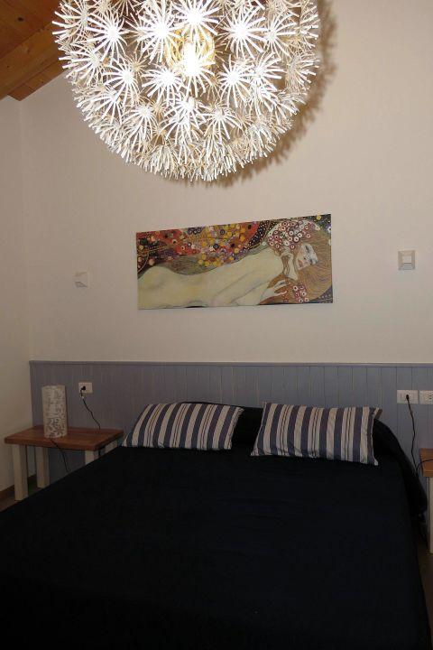 Schlafzimmer mit riesiger, toller Hängeleuchte\