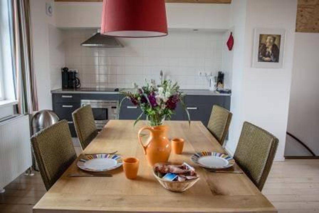 Moderne keuken en eethoek u stockfoto beatabecla