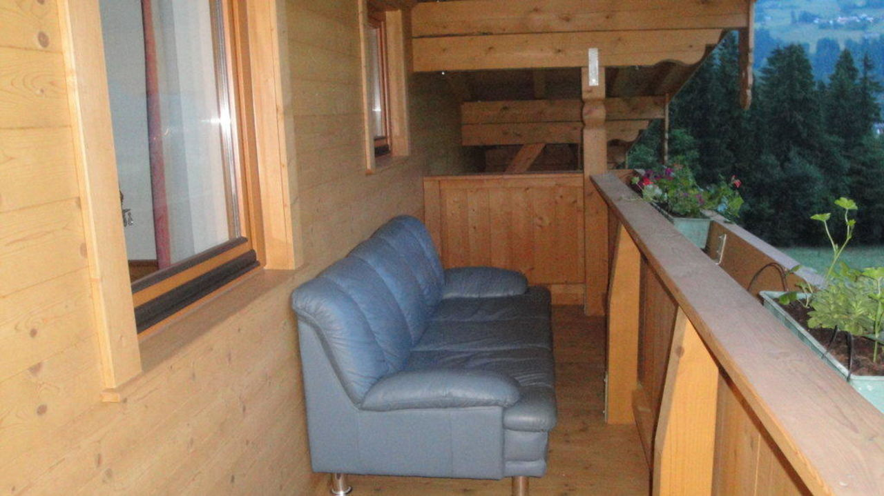 bild balkon mit bequemer couch zu pension wiesenhof in kaltenbach. Black Bedroom Furniture Sets. Home Design Ideas