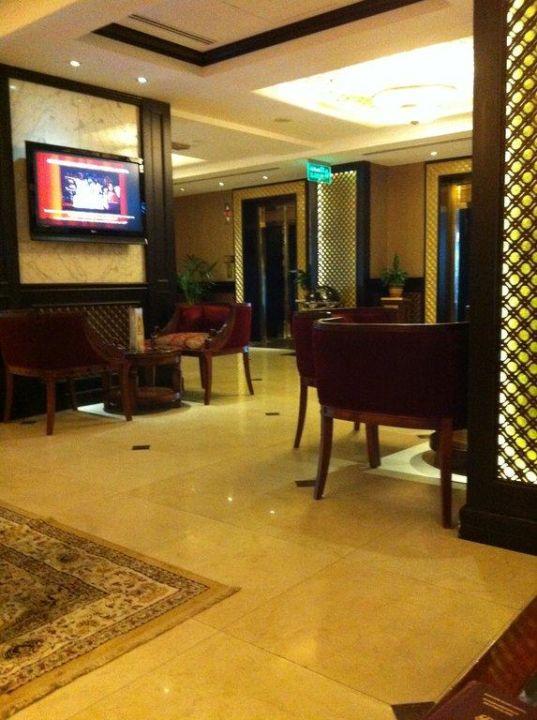 Das Café nahe der Lobby Arabian Courtyard Hotel & Spa