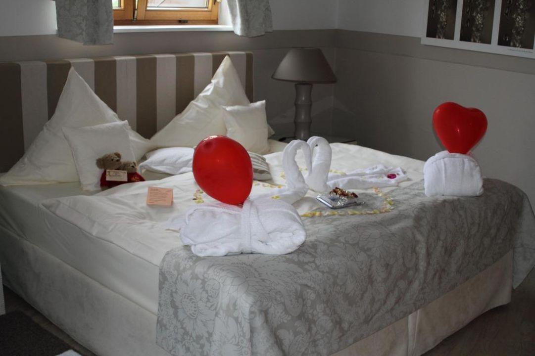 "bett mit dekoration im turmstudio"" romantischer winkel spa, Hause deko"