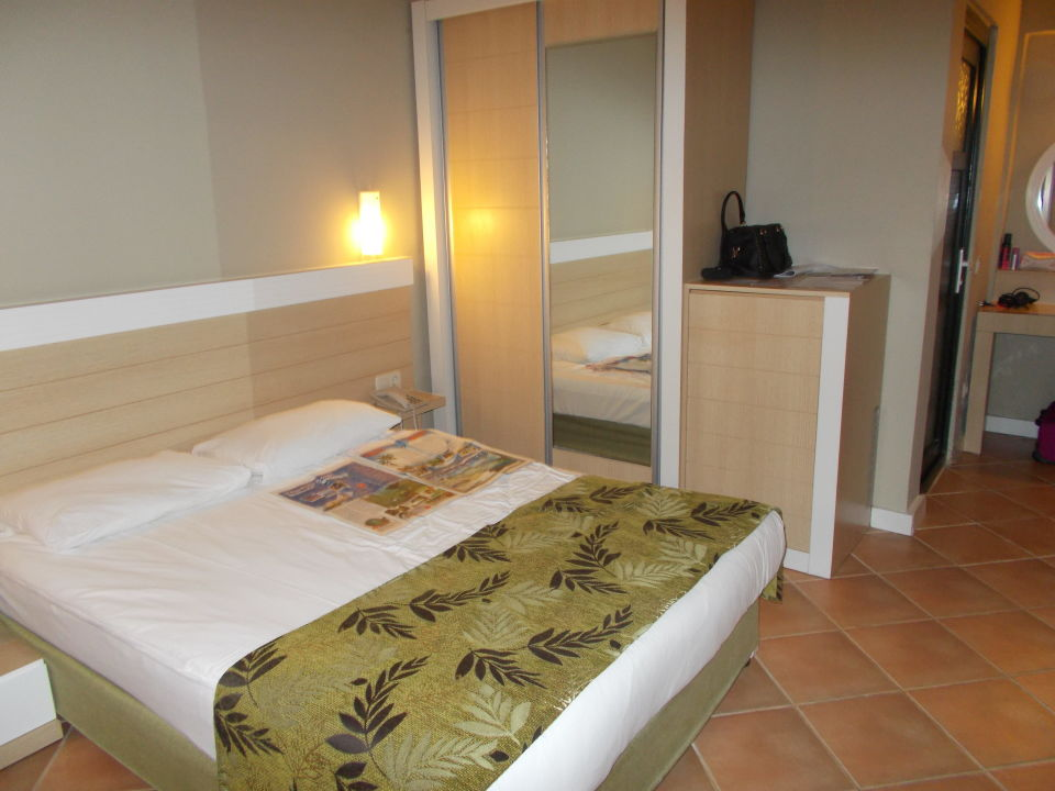 Doppelbett gefliestes zimmer sweet park hotel side for Sweet zimmer