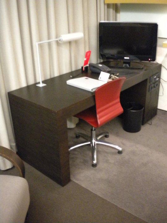 Schreibtisch mit schönem Fernseher Hotel Novotel Karlsruhe City