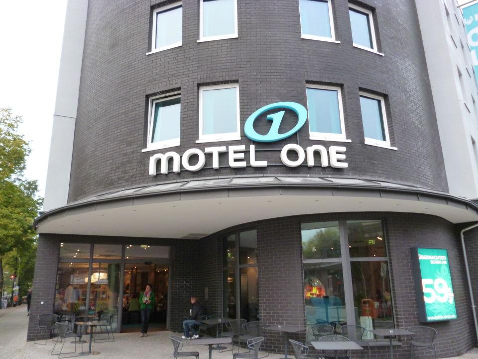 Eingangsbereich raucher area motel one berlin bellevue for Motel one berlin zimmerausstattung