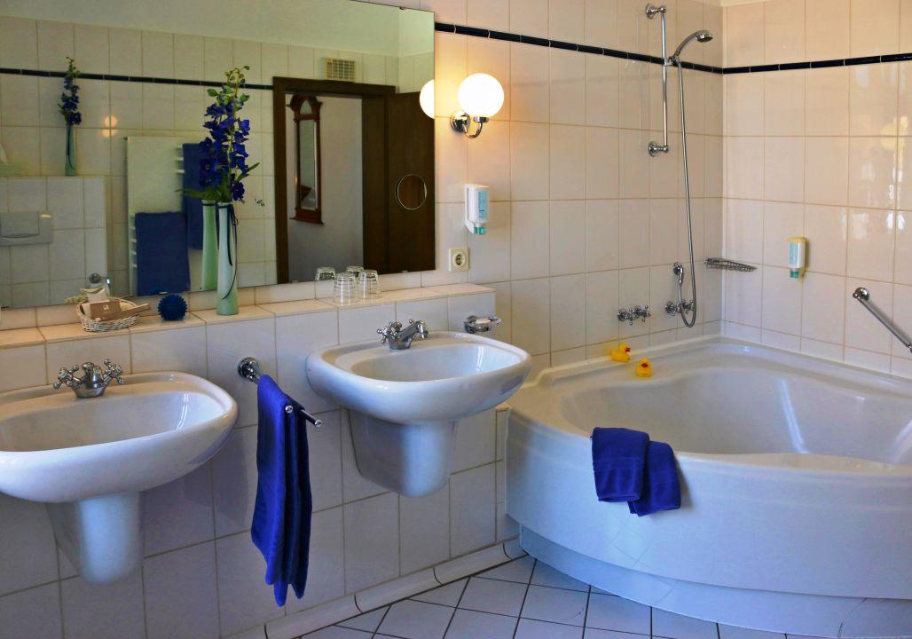 Deluxe Badezimmer mit Eckwanne \