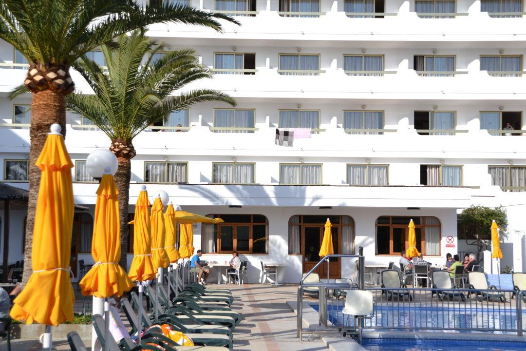 Blick vom Pool zu den Zimmern smartline Millor Sol