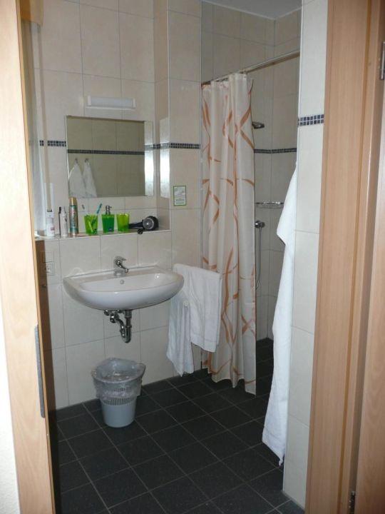 Badezimmer mit ebenerdiger Dusche\