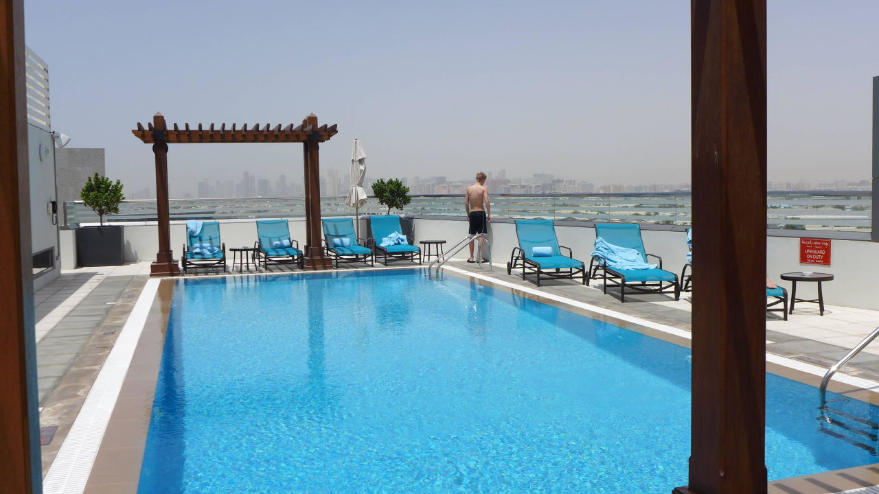 Bild pool im 8 stock zu hilton garden inn dubai al for Garden pool dubai