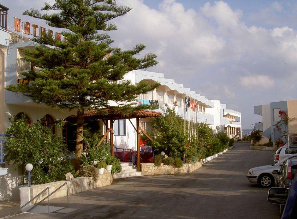 Vor dem Hotel Hotel Kathrin Beach