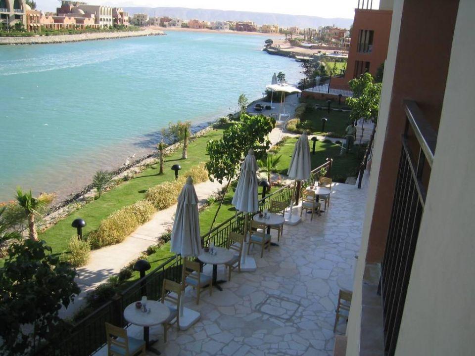 Blick vom Balkon Ocean View auf Restaurant-Terrasse Hotel Three Corners Ocean View