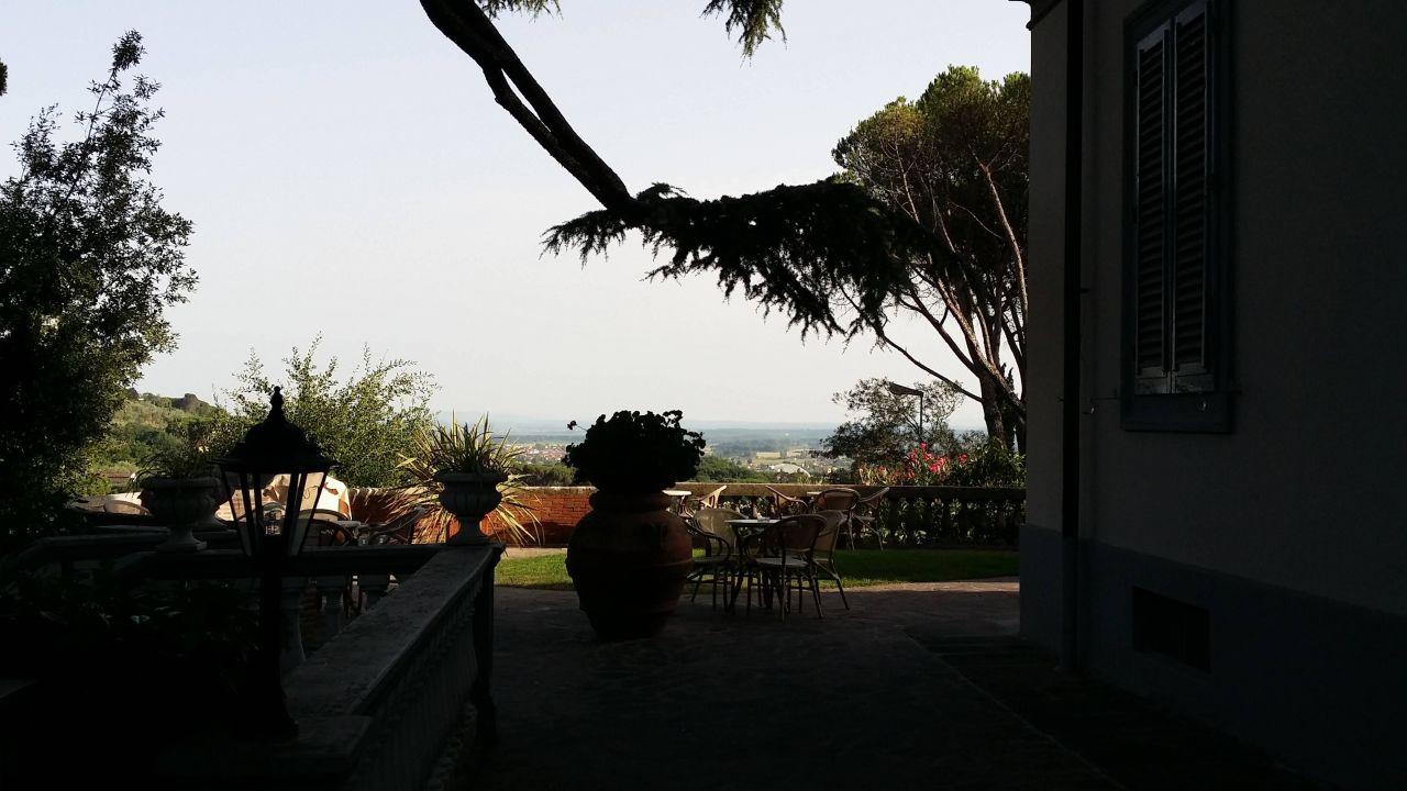 Blick zur Terrasse mit Aussicht Hotel Villa Maria