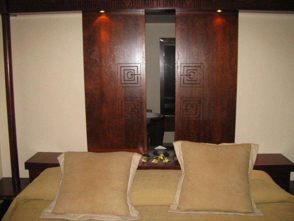Bett mit Blick ins Bad Manava Beach Resort & Spa Moorea