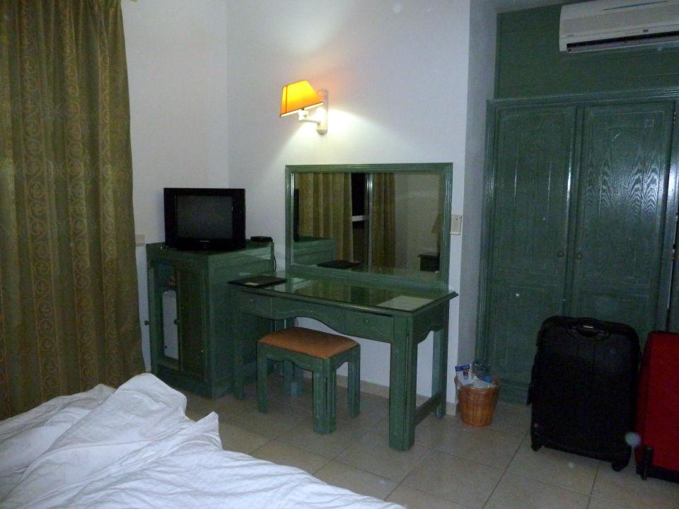kleiner schreibtisch mit tv und k hlschrank hotel silver beach trou d 39 eau douce. Black Bedroom Furniture Sets. Home Design Ideas