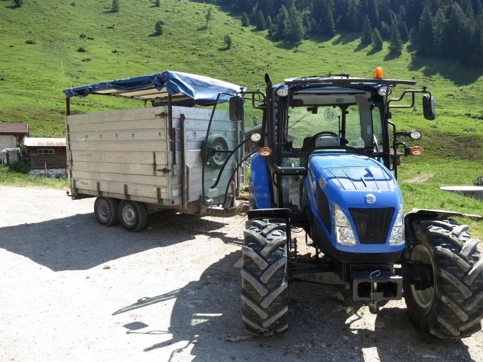 traktor mit h nger ausflug zur alm haflingerhof. Black Bedroom Furniture Sets. Home Design Ideas