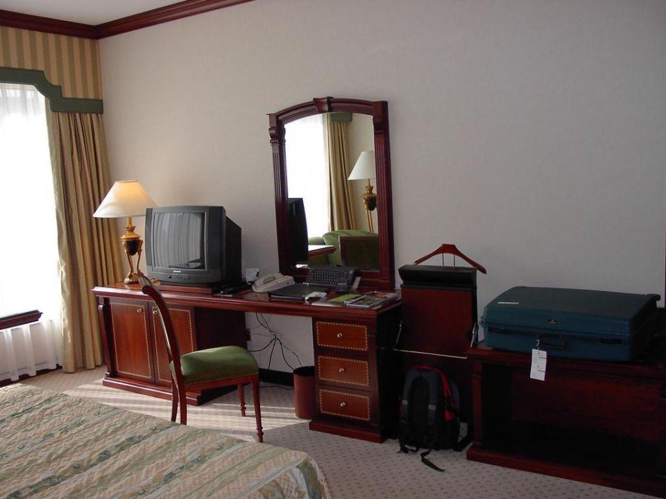 Schreibtisch & Fernseher Corniche Hotel Abu Dhabi