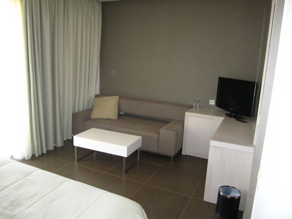 couch und tv im schlafzimmer pelagos suites hotel spa lambi holidaycheck kos. Black Bedroom Furniture Sets. Home Design Ideas