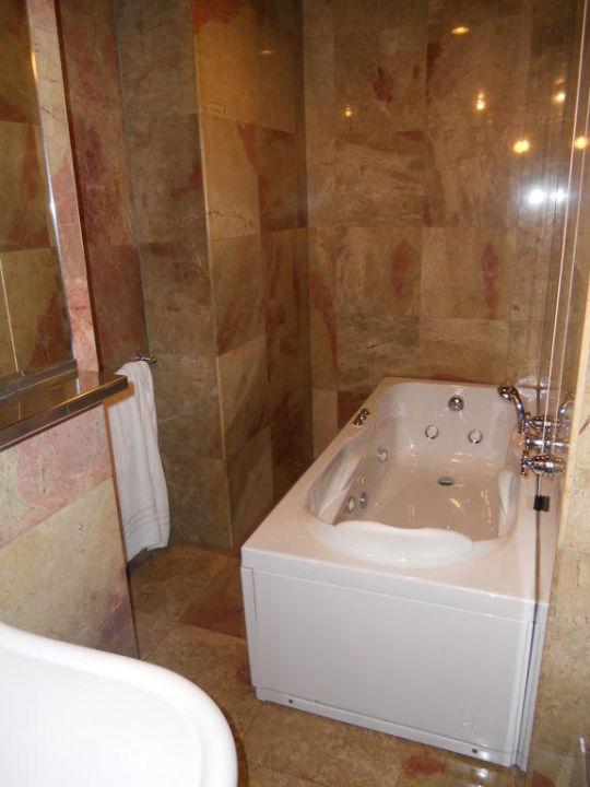 Badezimmer mit Jacuzziwanne Hotel Palazzo Victoria