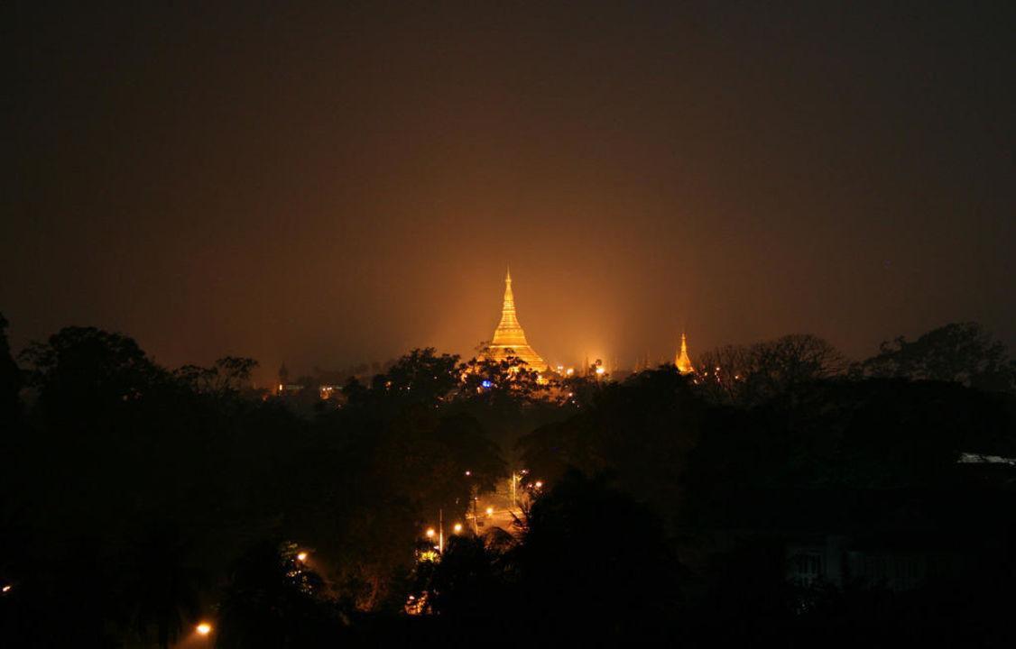 Ausblick vom Zimmer auf die Schwedagon-Pagode Chatrium Hotel Royal Lake Yangon