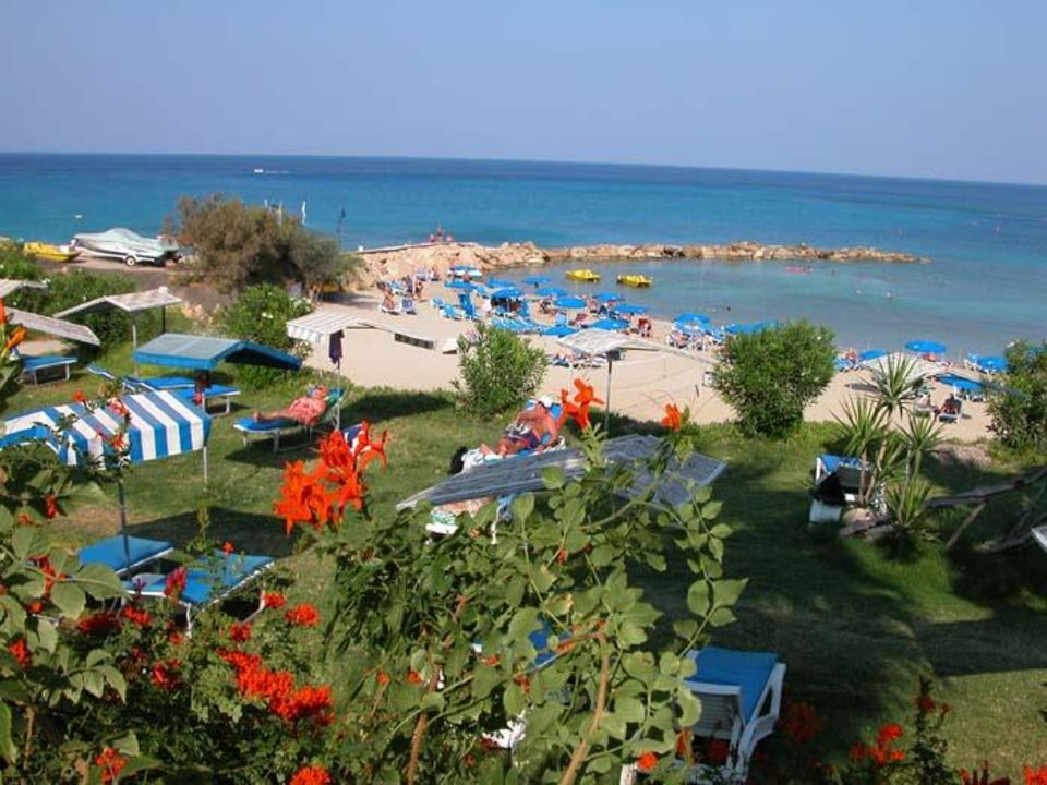 Cavo Maris Beach Hotel Liegeebene 2 und Bucht Hotel Cavo Maris Beach