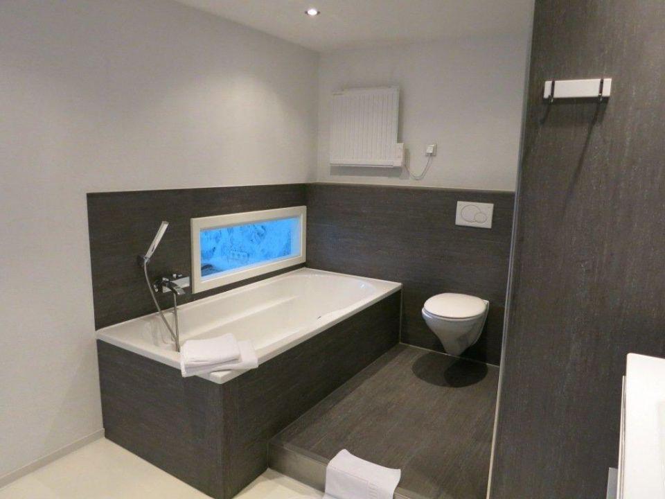 Zimmer 212 Badezimmer mit Fenster zum Schlafzimmer\