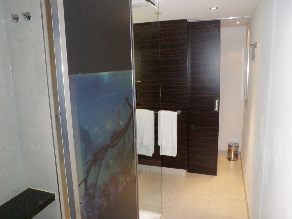 Schönes Badezimmer mit großer Dusche Radisson Blu Hotel Leipzig