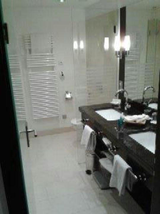 Badezimmer mit Regendusche und extra Badewanne!\