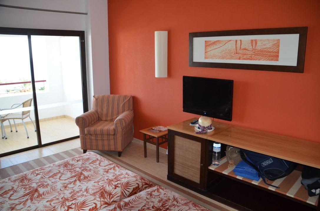 bild gro e betten und schreibtisch zu hotel costa calero. Black Bedroom Furniture Sets. Home Design Ideas