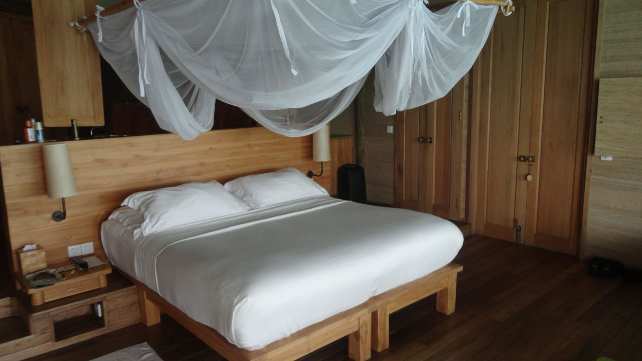 bild bett zu hotel six senses laamu in fonadhoo. Black Bedroom Furniture Sets. Home Design Ideas