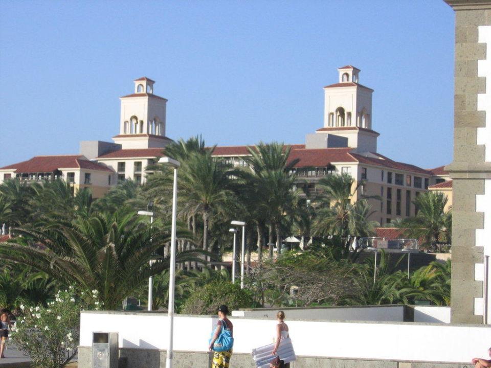 Vom Strand kommend Lopesan Costa Meloneras Resort, Spa & Casino