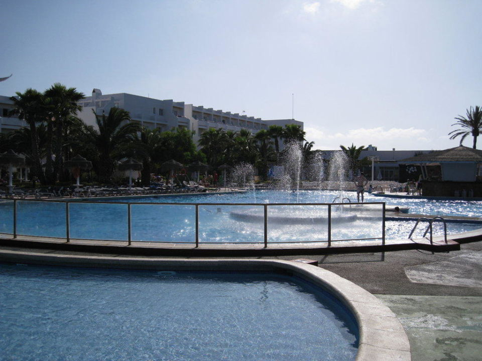 Pool und Hotel im Hintergrund Grand Palladium White Island Resort & Spa