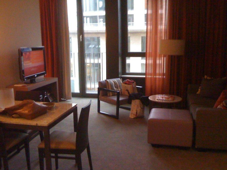 Wohnzimmer mit Essbereich Adina Apartment Hotel Frankfurt Neue Oper